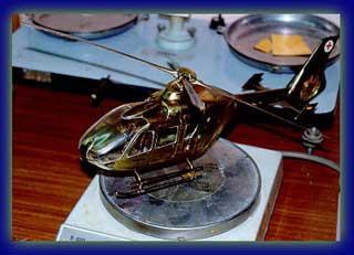 Helicóptero en metal